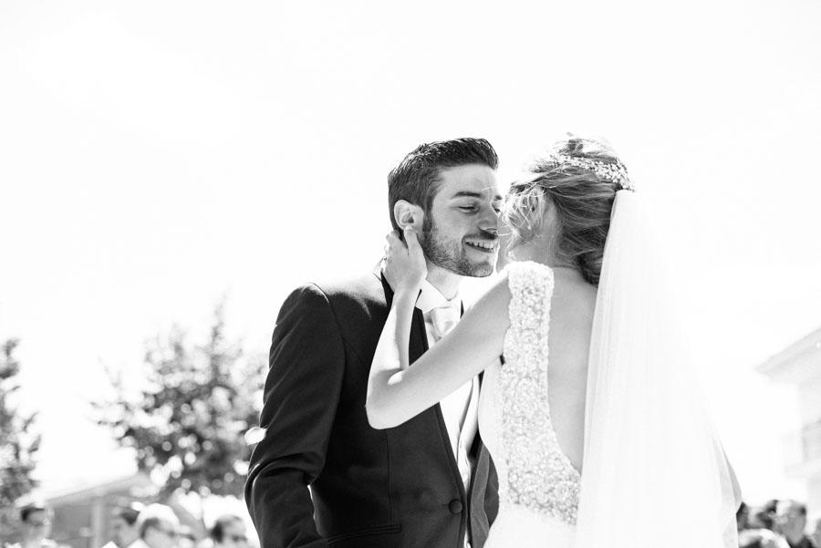 Novios casándose en el altar