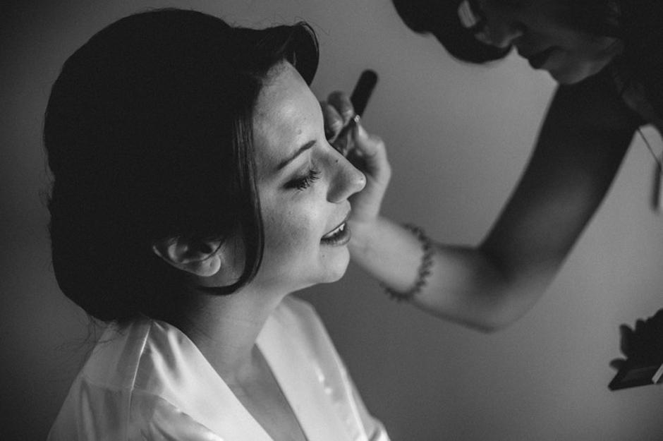 Novia maquillándose en los preparativos