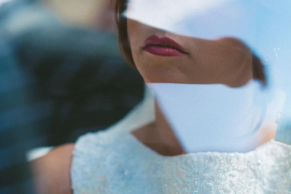 Novia poniéndose el vestido
